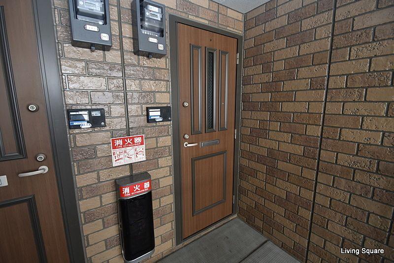 ツーロックドアでインターフォンは訪問者の顔を確認出来るカメラ付きです。